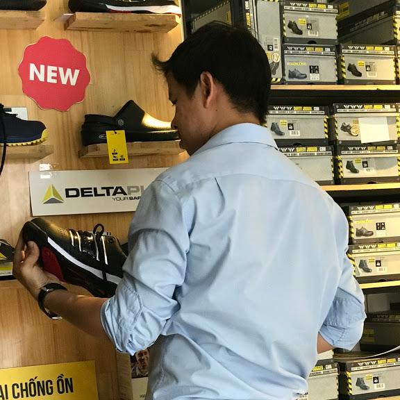Khách hàng đến mua giày bảo hộ tạo Bảo hộ toàn diện