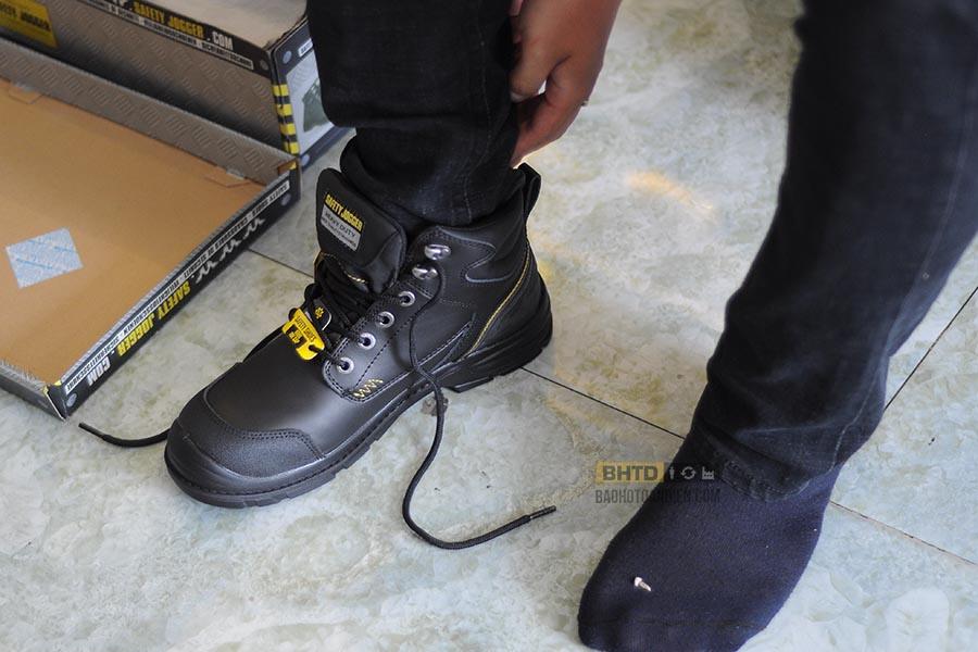 Luôn mang vớ khi thử giày