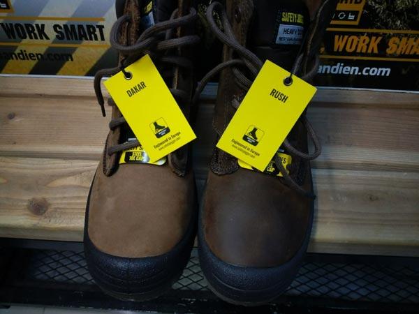 Giày Dakar có màu nâu sáng hơn đôi Rush