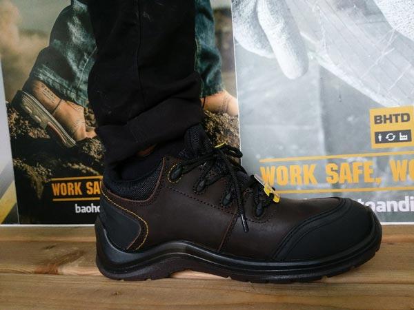 Cảm giác chắc chắn và thoải mái khi mang giày bảo hộ Lava trên chân