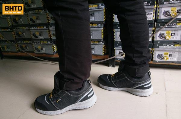 Giày bảo hộ Safety Jogger Rocket81 cho cảm giác êm ái và siêu nhẹ khi mang trên chân