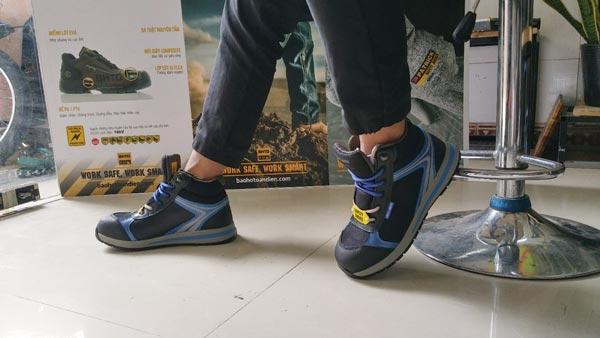 Giày bảo hộ Jogger Toprunner độc đáo với sự kết hợp của 3 sắc màu chính là đen – xanh coban – xám khói.