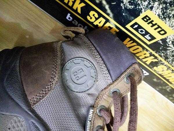 Logo SJ được đính kỹ càng trên thân giày