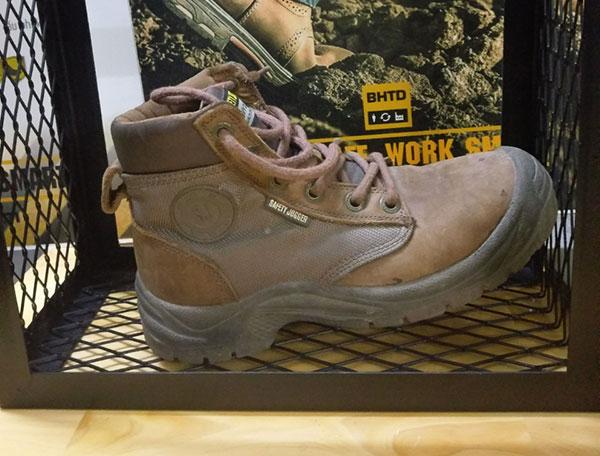 Thân giày được kết hợp từ 2 loại chất liệu chính đó là da bò thật và mesh nylon