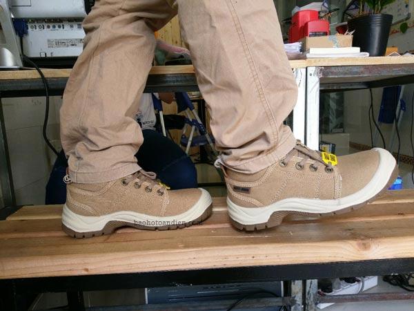 Trên chân giày bảo hộ thời trang Jogger Desert