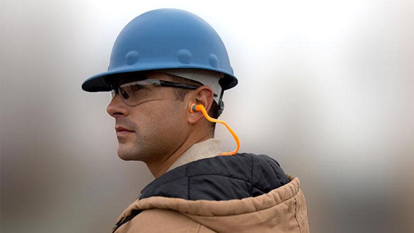 Người lao động sử dụng nút bịt tai chống ồn để đảm bảo khả năng an toàn cho đôi tai