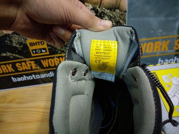 Bên trong giày bảo hộSafety Jogger Bestboy cũng được gia công chắc chắn từng đường kim mũi chỉ