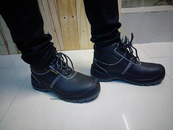 Trên chân đôi giày bảo hộ cao cổSafety Jogger Bestboy